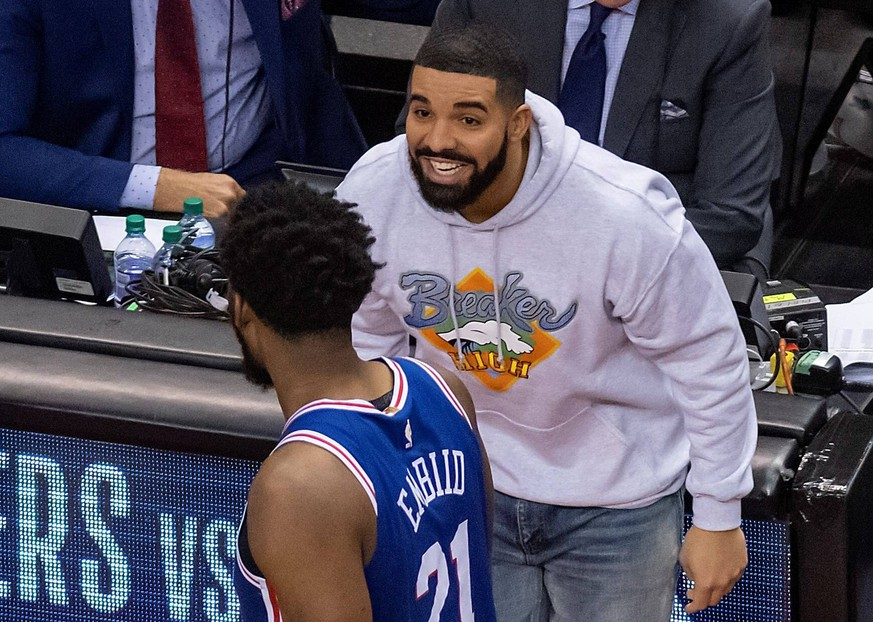 Canadian hip hop musician Drake (rear) smiles at Philadelphia 76ers center Joel Embiid as he leaves the court after the Toronto Raptors defeated the Philadelphia 76ers 125-89 in Game 5 in their NBA Basketball Herren USA Eastern Conference Semifinals basketball game at Scotiabank Arena in Toronto, Canada, 07 May 2019. Philadelphia 76ers at Toronto Raptors playoffs !ACHTUNG: NUR REDAKTIONELLE NUTZUNG! PUBLICATIONxINxGERxSUIxAUTxONLY Copyright: xWARRENxTODAx AME227 20190508-636928900927284419