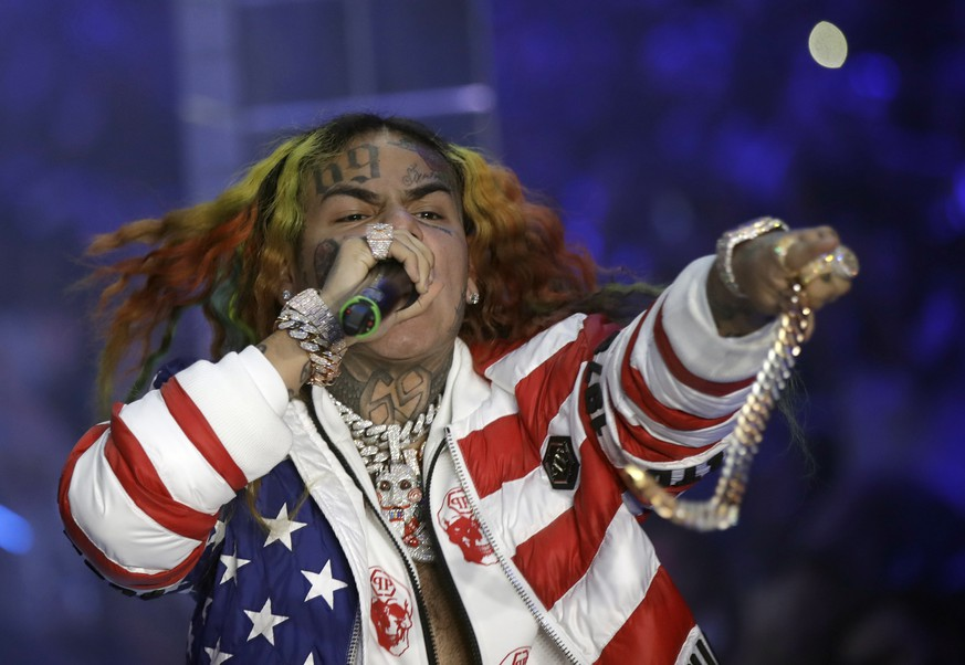 FILE- In this Sept. 21, 2018, file photo rapper Daniel Hernandez, known as Tekashi 6ix9ine, performs during the Philipp Plein women's 2019 Spring-Summer collection, unveiled during the Fashion Week in Milan, Italy. A New York judge has ordered the rapper immediately freed from a Manhattan federal jail because his asthma puts him in danger of the coronavirus. (AP Photo/Luca Bruno, File)