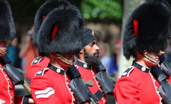 June 9, 2018 - London, London, UK - London, UK. Guardsman Charanpreet Singh Lall (C), the first to wear a black turban instead of a bearskin during Trooping the Colour, parades down The Mall as Royal fans wait to see members of the Royal family attend the Trooping The Colour ceremony in London to mark the 92nd birthday of Queen Elizabeth II, Britain s longest reigning monarch. London UK PUBLICATIONxINxGERxSUIxAUTxONLY - ZUMAl94_ 20180609_zaf_l94_507 Copyright: xRobxPinneyx