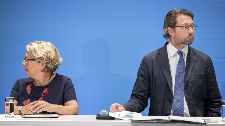 Bundesverkehrsminister Andreas Scheuer, CSU, und Bundesumweltministerin Svenja Schulze, SPD, bei einer gemeinsamen Pressekonferenz in Berlin. 14.08.2018. Berlin Deutschland *** Federal Transport Minister Andreas Scheuer CSU and Federal Environment Minister Svenja Schulze SPD at a joint press conference in Berlin 14 08 2018 Berlin Germany PUBLICATIONxINxGERxSUIxAUTxONLY Copyright: xFelixxZahnx