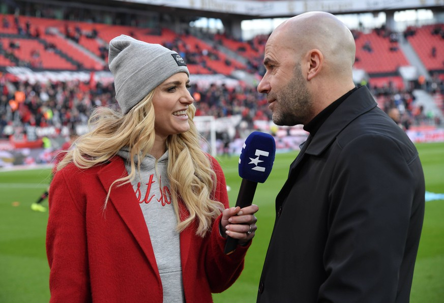 17.03.2019, Fussball GER, Saison 2018 2019, 1. Bundesliga, 26. Spieltag, Bayer 04 Leverkusen - SV Werder Bremen 1:3, Eurosport Reporterin Anna Kraft im Interview mit Trainer Peter Bosz (Bayer 04 Leverkusen) DFL REGULATIONS PROHIBIT ANY USE OF PHOTOGRAPHS AS IMAGE SEQUENCES AND/OR QUASI-VIDEO. *** 17 03 2019 Football GER Season 2018 2019 1 Bundesliga 26 Matchday Bayer 04 Leverkusen SV Werder Bremen 1 3 Eurosport Reporter Anna Kraft Interview with Coach Peter Bosz Bayer 04 Leverkusen DFL REGULATIONS PROHIBIT ANY USE OF PHOTOGRAPHS AS IMAGE SEQUENCES AND OR QUASI VIDEO Team2