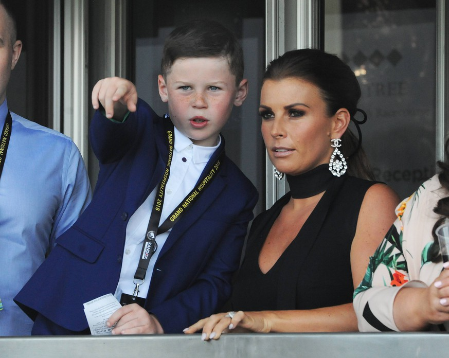 National Hunt Horse Racing - 2018 Randox Health Grand National Festival - Saturday, Day Three (Grand National Day) Kai Wayne Rooney watches the racing with his mum, Coleen Rooney in the 13.45 Gaskells handicap hurdle race, at Aintree Racecourse. COLORSPORT/ANDREW COWIE PUBLICATIONxNOTxINxUK