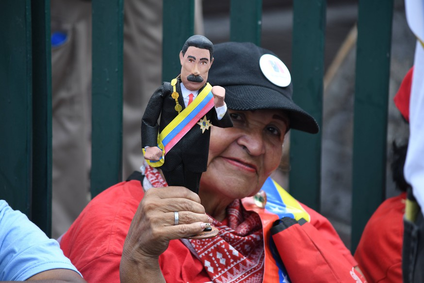 May 17, 2018 - Caracas, Distrito Capital, Venezuela - A woman seen holding a little statue of Nicolas Maduro during the rally..Supporters gathered to hear President Nicolas Maduro s speech during his last electoral campaign in Av Bolivar, Caracas, few days before the presidential election held on May 20th 2018. Caracas Venezuela PUBLICATIONxINxGERxSUIxAUTxONLY - ZUMAs197 20180517_zaa_s197_039 Copyright: xRomaNxCamachox