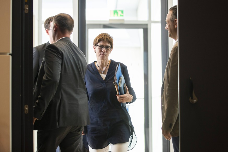 CDU Parteivorsitzende Annegret Kramp-Karrenbauer (C) kommt zur Fraktionssitzung im Bundestag in Berlin am 25. Juni 2019. CDU Fraktionssitzung im Bundestag *** CDU party leader Annegret Kramp Karrenbauer C comes to Bundestag faction meeting in Berlin on 25 June 2019 CDU faction meeting in Bundestag
