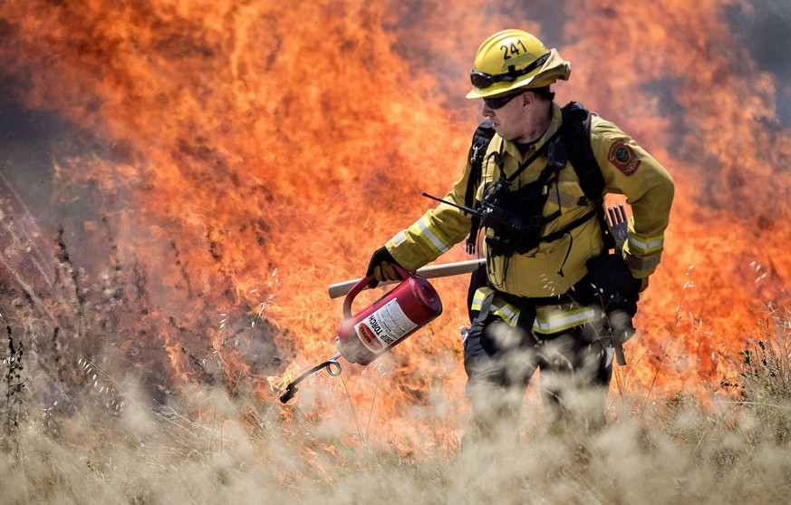 June 4, 2019 - Redlands, California, U.S. - A San Manuel firefighter puts the control in controlled burn, lighting up dried grass. An eight-acre area along Barton Rd. between California and New Jersey Streets in Redlands, Calif. on Tuesday, June 4, 2019 was burned off by Colton, Loma Linda and Redlands fire departments. Redlands U.S. PUBLICATIONxINxGERxSUIxAUTxONLY - ZUMAo44_ 20190604_zan_o44_012 Copyright: xCindyxYamanakax