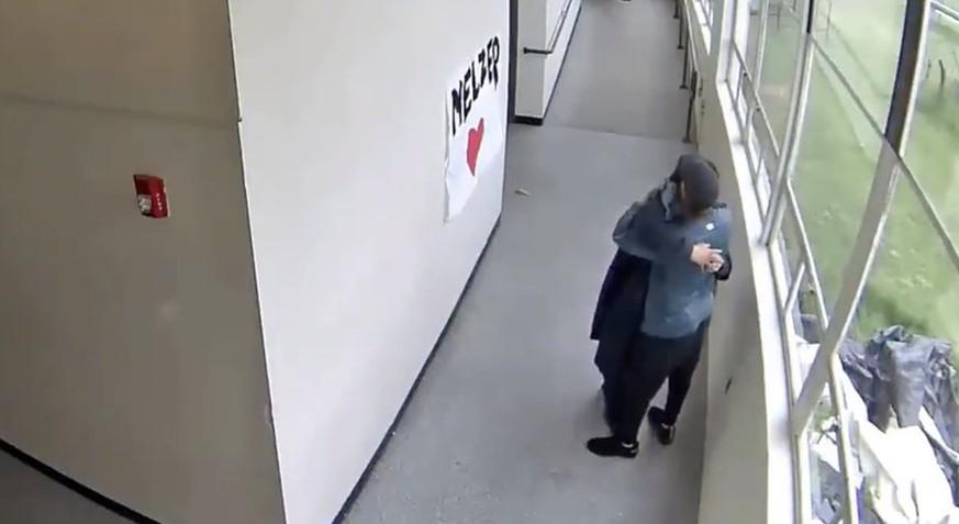 Lehrer nimmt Schüler die Waffe weg – und umarmt ihn