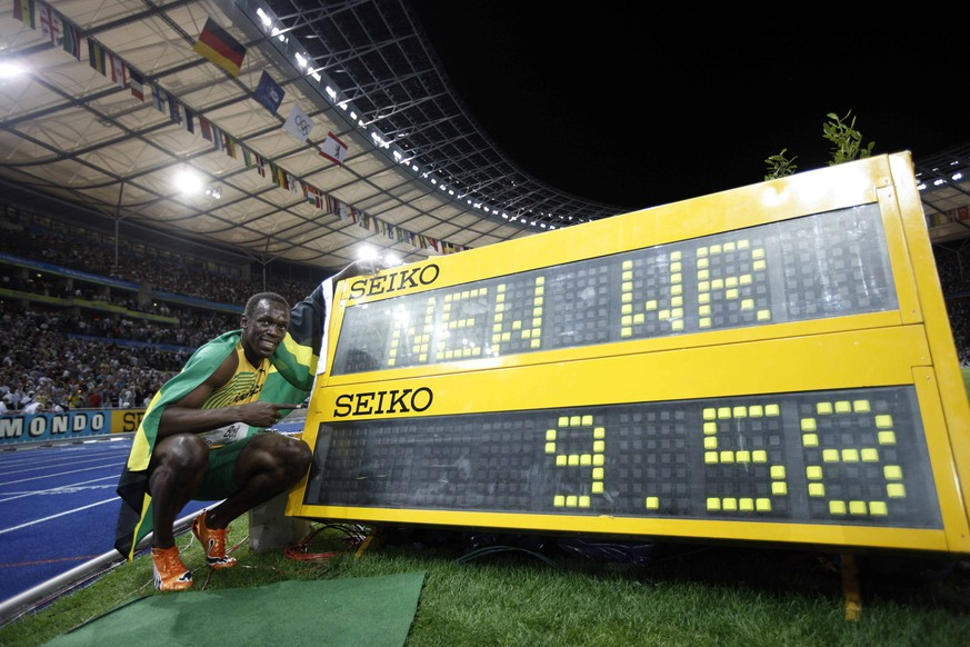 Bildnummer: 04734082  Datum: 16.08.2009  Copyright: imago/Xinhua Jamaica s Usain Bolt celebrates beside the result board after winning the men s 100m final. Bolt set a new world record with a time of 9.58 seconds and claimed the title of the event.        PUBLICATIONxNOTxINxCHN; Leichtathletik Herren WM Berlin 100m Sieg Sieger Weltmeister Weltrekord  vdig xcb  2009 quer o0 Rekord, Anzeigetafel, Anzeige, Tafel  Image number 04734082 date 16 08 2009 Copyright imago Xinhua Jamaica s Usain Bolt Celebrates beside The Result Board After Winning The Men s 100m Final Bolt Set A New World Record with A Time of 9 58 Seconds and claimed The Title of The Event PUBLICATIONxNOTxINxCHN Athletics men World Cup Berlin 100m Victory Winner World Champion World record Vdig  2009 horizontal o0 Record Scoreboard Display Board