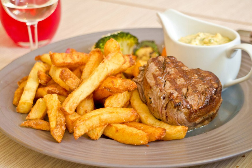 Steak mit Pommes frites und Remoulade auf Teller PUBLICATIONxINxGERxSUIxAUTxHUNxONLY 1079701966