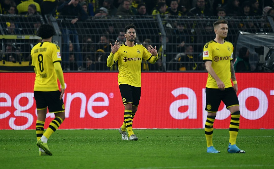22.11.2019, xjhx, Fussball 1.Bundesliga, Borussia Dortmund - SC Paderborn emspor, v.l. Mahmoud Dahoud Borussia Dortmund, Mats Hummels Borussia Dortmund, Marco Reus Borussia Dortmund enttaeuscht, enttaeuscht schauend, dissapointed DFL/DFB REGULATIONS PROHIBIT ANY USE OF PHOTOGRAPHS as IMAGE SEQUENCES and/or QUASI-VIDEO Dortmund *** 22 11 2019, xjhx, Football 1 Bundesliga, Borussia Dortmund SC Paderborn emspor, v l Mahmoud Dahoud Borussia Dortmund , Mats Hummels Borussia Dortmund , Marco Reus Borussia Dortmund disappointed, looking disappointed, dissapointed DFL DFB REGULATIONS PROHIBIT ANY USE OF PHOTOGRAPHS as IMAGE SEQUENCES and or QUASI VIDEO Dortmund