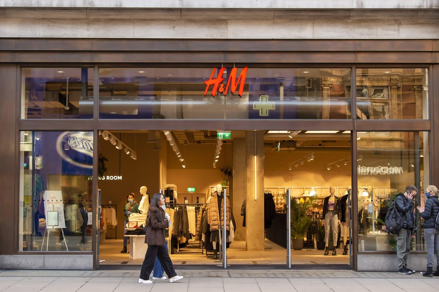 November 4, 2020, London, United Kingdom: People seen outside an H&M store in Londons Oxford Street on the eve of the second lockdown in London. London United Kingdom - ZUMAs197 20201104_zaa_s197_190 Copyright: xDavexRushenx