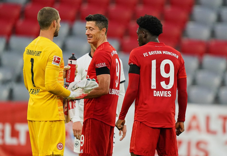 1.Bundesliga FC BAYERN MUENCHEN - EINTRACHT FRANKFURT 5-2 Muenchen, Deutschland, 23. Mai 2020, Kevin TRAPP, FRA 1, Robert LEWANDOWSKI, FCB 9 Alphonso DAVIES, FCB 19 Verabschiedung und Gratulation beim Spiel 1.Bundesliga FC BAYERN MUENCHEN - EINTRACHT FRANKFURT 5-2 in der Saison 2019/2020 am 27.Spieltag. Foto: Peter Schatz / Pool - DFL REGULATIONS PROHIBIT ANY USE OF PHOTOGRAPHS as IMAGE SEQUENCES and/or QUASI-VIDEO - National and international News-Agencies OUT Editorial Use ONLY München Bayern Deutschland *** 1 Bundesliga FC BAYERN MUENCHEN EINTRACHT FRANKFURT 5 2 Munich, Germany, 23 May 2020, Kevin TRAPP, FRA 1, Robert LEWANDOWSKI, FCB 9 Alphonso DAVIES, FCB 19 Farewell and congratulations at the match 1 Bundesliga FC BAYERN MUENCHEN EINTRACHT FRANKFURT 5 2 in the season 2019 2020 on 27 matchday Photo Peter Schatz Pool DFL REGULATIONS PROHIBIT ANY USE OF PHOTOGRAPHS as IMAGE SEQUENCES and or QUASI VIDEO National and international News Agencies OUT Editorial Use ONLY Munich Bavaria Germany Poolfoto Peter Schatz / Pool ,EDITORIAL USE ONLY