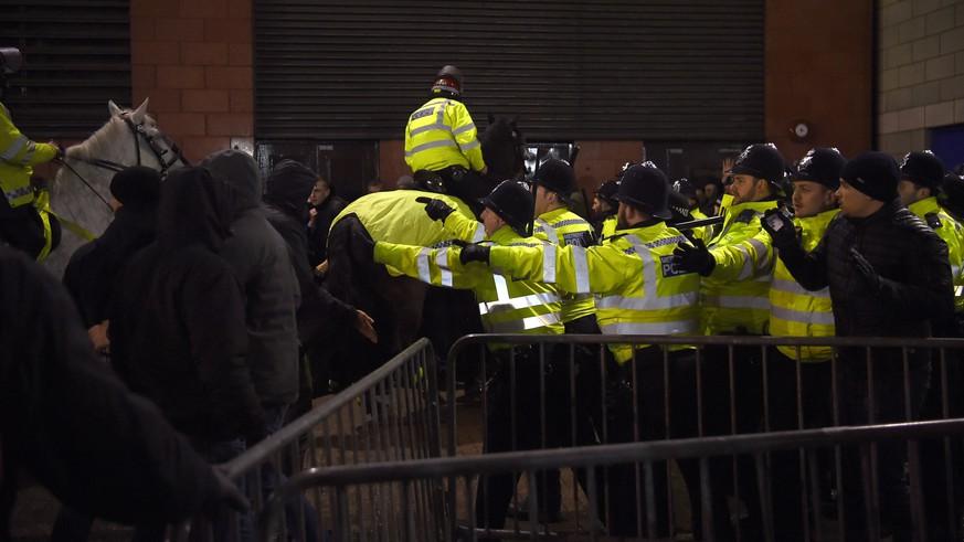 Tumulte zwischen Polizei und Bayern-Fans vor dem Stadion