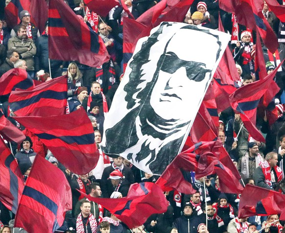 RB Leipzig - Besiktas Istanbul / Fussball Champions League Leipzig, 06.12.2017, Red Bull Arena, Fussball, UEFA Champions League, Gruppe G, 6.Spieltag , Rasenballsport Leipzig vs. Besiktas Istanbul 1:2 (0:1) , Im Bild; Fans vom RB Leipzig schwenken Fahnen u.a. mit dem Konterfei von Johann Sebastian Bach. , *** RB Leipzig Besiktas Istanbul Soccer Champions League Leipzig 06 12 2017 Red Bull Arena Soccer UEFA Champions League Group G 6 Gameday Rasenballsport Leipzig vs. Besiktas Istanbul 1 2 0 1 In the picture Fans of the RB Leipzig are waving flags with the likeness of Johann Sebastian Bach