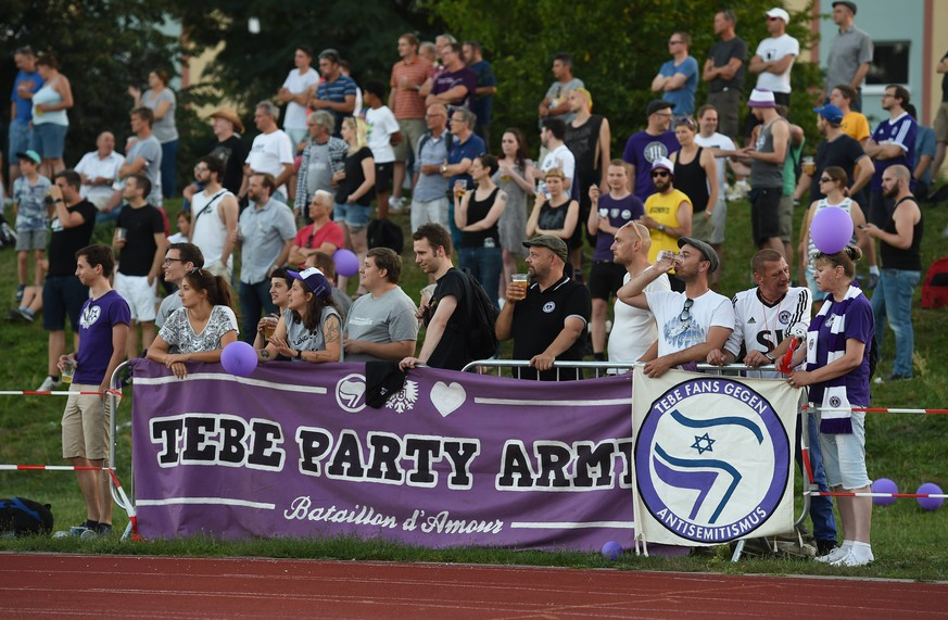 Fussball, Herren, Saison 2016/17, NOFV-Oberliga Nord, VSG Altglienicke - Tennis Borussia 2:1, Fans von TeBe (Tennis Borussia) gegen Antisemitismus, 26.08. 2016,