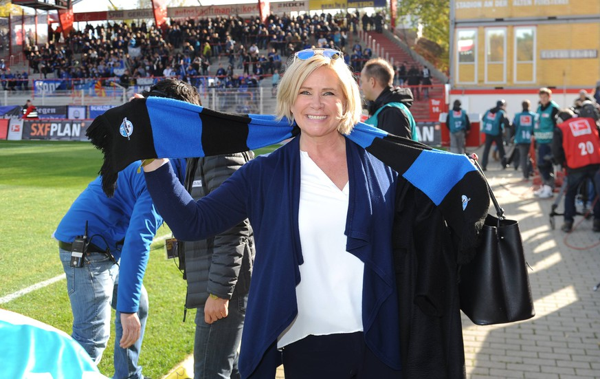 Fussball, Herren, Saison 2015/16, 2. Bundesliga (12. Spieltag), 1. FC Union Berlin - SC Paderborn 07, Claudia Effenberg (Frau von Stefan Effenberg, Trainer des SC Paderborn 07) mit Schal vor dem Spiel, 24.10. 2015,