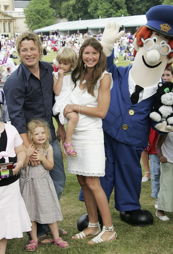 LONDON - JUNE 25: Jamie and Jools Oliver with their children attend the Children's Garden Party as part of the Queen?s 80th Birthday celebrations at the Buckingham Palace on June 25, 2006 in London.  (Photo by MJ Kim/Getty Images)