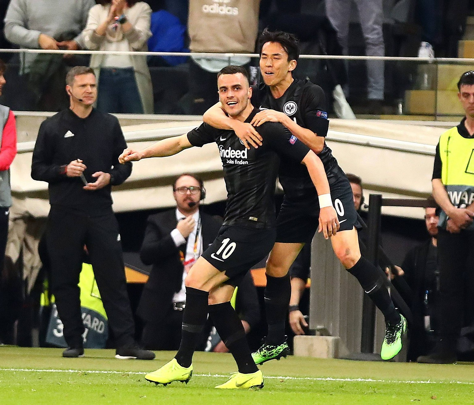 Filip Kostic (Frankfurt, links) und Makoto Hasebe (Frankfurt) feiern das Tor von Kostic zum 1:0 gegen Lissabon Eintracht Frankfurt vs Benfica Lissabon, Fussball, Europa League, 18.04.2019 Eintracht Frankfurt vs Benfica Lissabon, Fussball, Europa League, 18.04.2019 Frankfurt *** Filip Kostic Frankfurt left and Makoto Hasebe Frankfurt celebrate Kostics 1-0 goal against Lisbon Eintracht Frankfurt vs. Benfica Lisbon Football Europa League 18 04 2019 Eintracht Frankfurt vs. Benfica Lisbon Football Europa League 18 04 2019 Frankfurt Copyright: xEIBNER/RenexWeissx EP_RWS