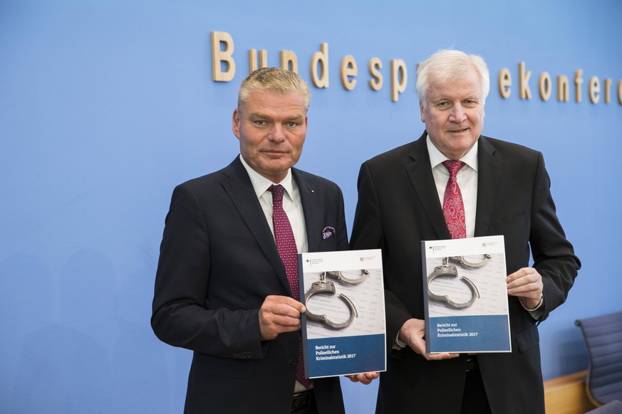 Bilder des Tages Bundesinnenminister Horst Seehofer (R) und Innenminister von Saxen-Anhalt Holger Stahlknecht (L) bei der Vorstellung der Kriminalstatistik und der Politisch motivierten Delikten 2017 bei der Bundespressekonferenz am 8. Mai 2018. Vorstellung der Kirimilastatistik 2017 *** Federal Interior Minister Horst Seehofer R and Minister of the Interior of Saxen Anhalt Holger Stahlknecht L at the presentation of crime statistics and politically motivated offenses 2017 at the Federal Press Conference on 8 May 2018 Presentation of the Kirimilastatistik 2017
