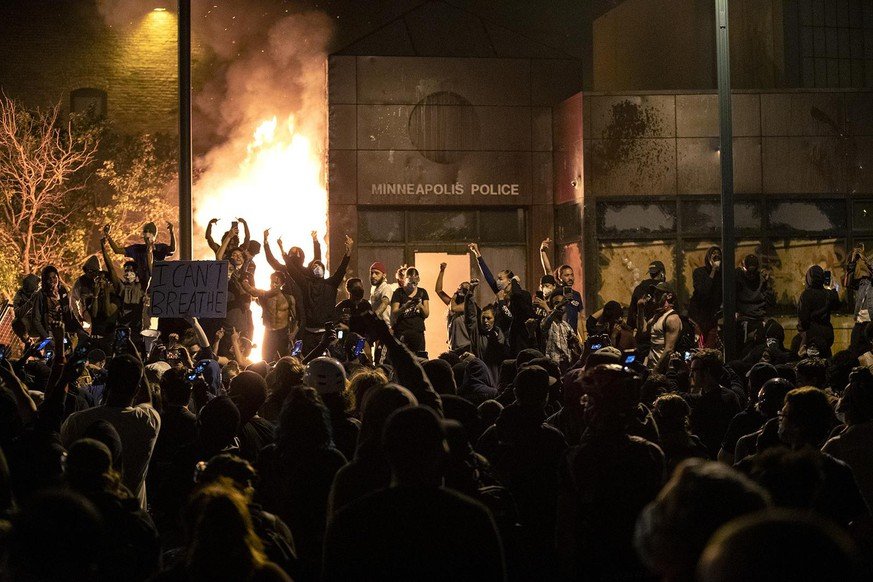 The Minneapolis Third Police Precinct is set on fire during a third night of protests following the death of George Floyd while in Minneapolis police custody, on Thursday, May 28, 2020. (Carlos Gonzalez/Minneapolis Star Tribune/TNS) Photo via Newscom picture alliance |
