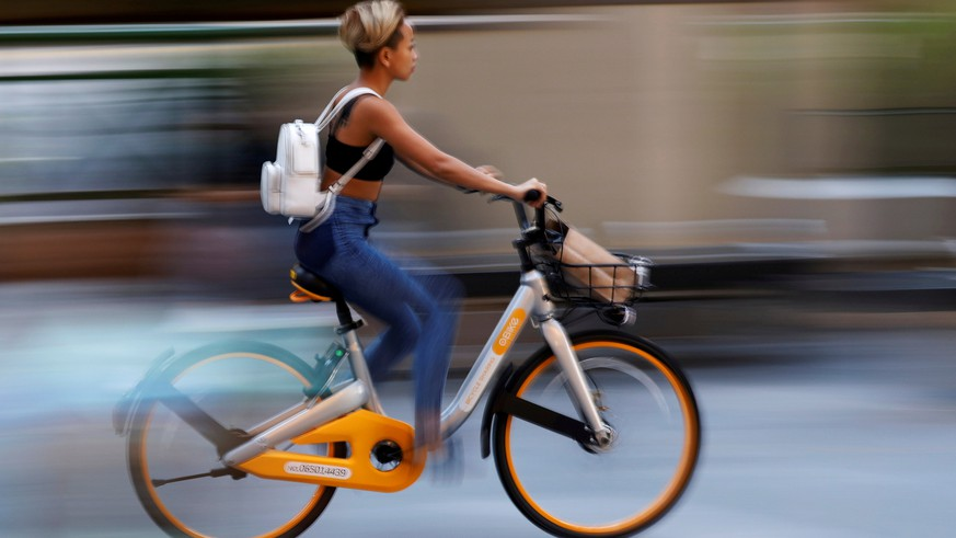 FILE PHOTO: A commuter rides an Obike during evening rush hour in Singapore June 15, 2017. REUTERS/Edgar Su/File Photo