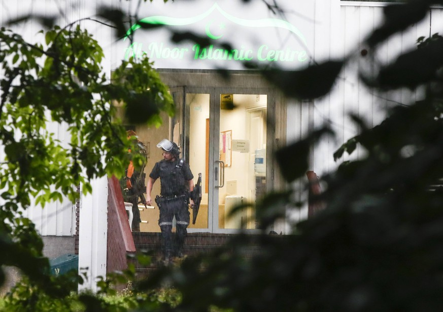 (190810) -- OSLO, Aug. 10, 2019 (Xinhua) -- A police officer walks out of the Al-Noor Islamic Center after a shooting in Baerum, near Oslo, Norway, on Aug. 10, 2019. A dead person was found after the Mosque shooting outside Oslo on Saturday, and it was being investigated in related to the shooting incident, police said late Saturday. (NTB Scanpix/Handout via Xinhua) NORWAY-OSLO-MOSQUE-SHOOTING PUBLICATIONxNOTxINxCHN