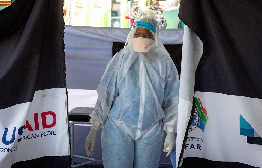 Coronavirus, Eindrücke aus Südafrika 200710 -- JOHANNESBURG, July 10, 2020 Xinhua -- A medical worker stands outside a temporary tent in a hospital in Pretoria, South Africa, July 10, 2020. As of Thursday, a total of 238,339 COVID-19 cases were reported in South Africa, said Health Minister Zweli Mkhize. Photo by Yeshiel/Xinhua SOUTH AFRICA-PRETORIA-COVID-19 PUBLICATIONxNOTxINxCHN