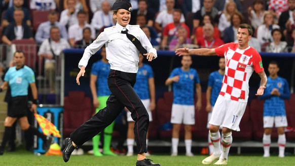 Flitzer in Polizeiuniform -Mitglieder von Pussy Riot stoeren WM Finale. Frankreich (FRA) - Kroatien (CRO) 4-2, Finale, Spiel 64, am 15.07.2018 in Moskau; Luzhniki Stadion. Fussball Weltmeisterschaft 2018 in Russland vom 14.06. - 15.07.2018. *** Flitzer in police uniform Members of Pussy Riot interfere World Cup Final France FRA Croatia CRO 4 2 Final match 64 on 15 07 2018 in Moscow Luzhniki Stadium Football World Cup 2018 in Russia from 14 06 15 07 2018