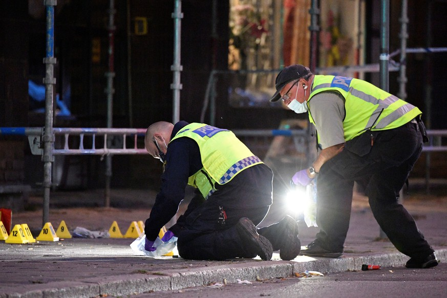 Police forensics search area after a shooting on a street in central Malmo, Sweden June 18, 2018. TT News Agency/Johan Nilsson/via REUTERS   ATTENTION EDITORS - THIS IMAGE WAS PROVIDED BY A THIRD PARTY. SWEDEN OUT. NO COMMERCIAL OR EDITORIAL SALES IN SWEDEN