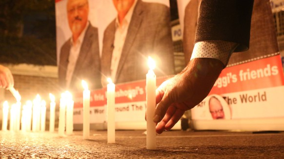 Activists, protesting the killing of Saudi journalist Jamal Khashoggi, hold a candlelight vigil outside Saudi Arabia s consulate in Istanbul, Thursday, Oct. 25, 2018. The poster reads in Arabic: Khashoggi s Friends Around the World . A group of Arab and international public, political and media figures are establishing a global association called Khashoggi s Friends Around the World ; to achieve justice for the freedom martyr . ( PUBLICATIONxINxGERxSUIxAUTxHUNxONLY Copyright: DepoxPhotos 16156182