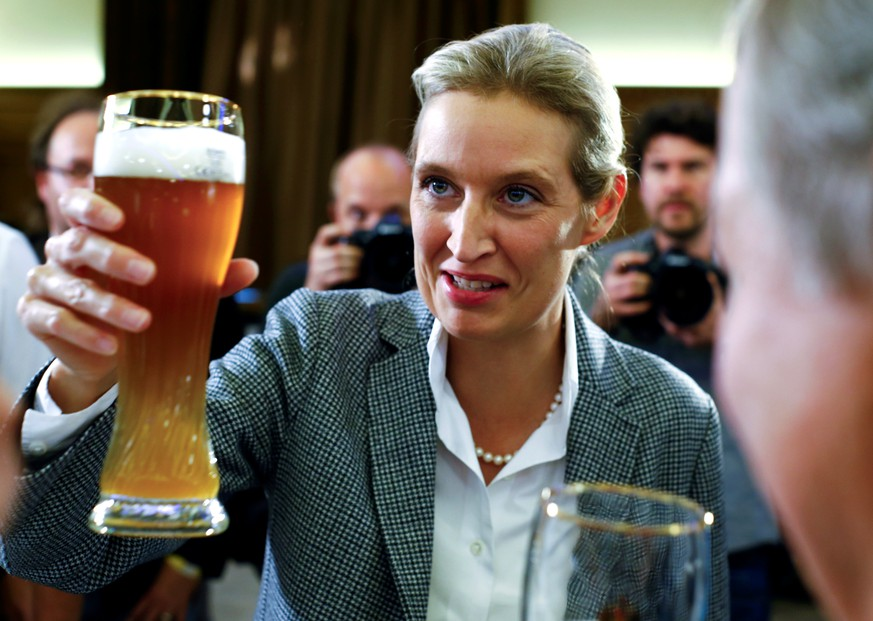 Alice Weidel of the anti-immigration party Alternative for Deutschland (AfD) salutes with a bavarian wheat beer during the Bavarian state election in Mamming near Dingolfing, Germany, October 14, 2018. REUTERS/Wolfgang Rattay