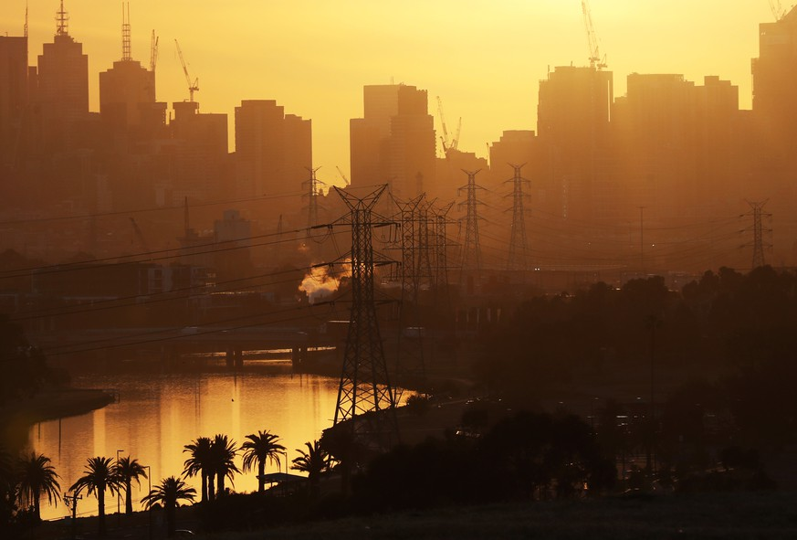 MELBOURNE HOT WEATHER, The sun rises over Melbourne as the temperature is expected to be above forty degrees and power supplies are expected to be put under pressure. Friday, December 20. 2019.  ACHTUNG: NUR REDAKTIONELLE NUTZUNG, KEINE ARCHIVIERUNG UND KEINE BUCHNUTZUNG MELBOURNE VIC AUSTRALIA PUBLICATIONxINxGERxSUIxAUTxONLY Copyright: xDAVIDxCROSLINGx 20191220001438768107