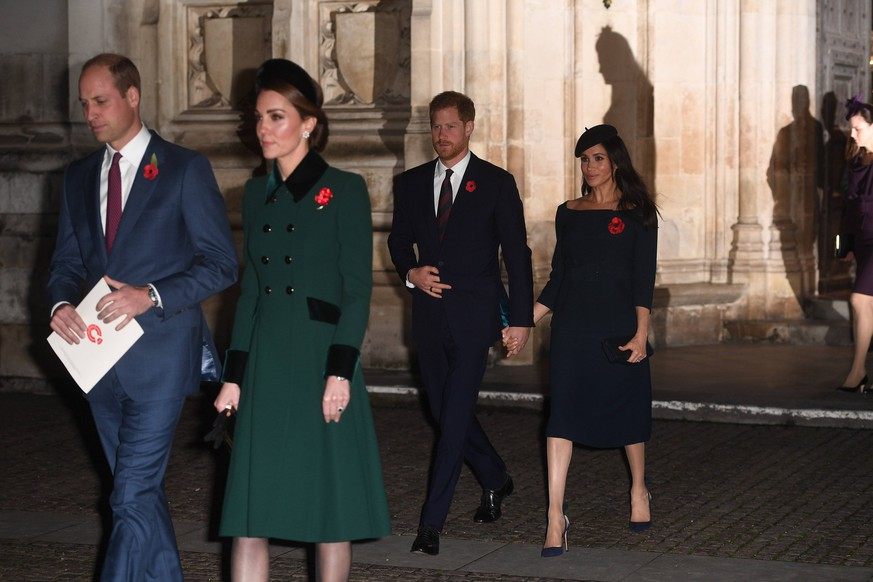 . 11/11/2018. London, United Kingdom. Remembrance Sunday and the Centenary of the Armistice. Queen Elizabeth II accompanied by members of the Royal family including Prince Charles, Prince of Wales and Camilla, The Duchess of Cornwall, Prince William, Duke of Cambridge and Catherine, The Duchess of Cambridge, Prince Harry, The Duke of Sussex and Meghan, The Duchess of Sussex , leaving after a service to mark the centenary of the Armistice at Westminster Abbey in London. PUBLICATIONxINxGERxSUIxAUTxHUNxONLY xAndrewxParsonsx/xi-Imagesx IIM-18831-0145