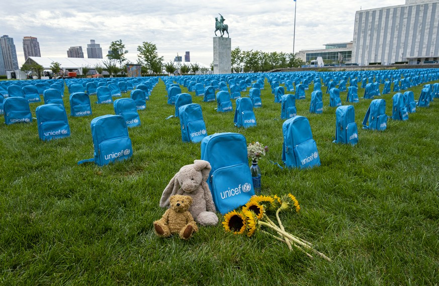 Thousands of school backpacks are laid out in an installation on the North Lawn of the United Nations Sunday, Sept. 8, 2019. The installation, created by UNICEF, illustrates the scale of child deaths in conflict zones in 2018. (AP Photo/Craig Ruttle) |