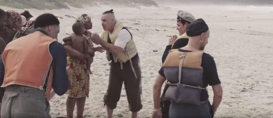 """Rammstein: Making-of zu """"Ausländer"""" enthüllt, wie das Video eigentlich gemeint ist"""