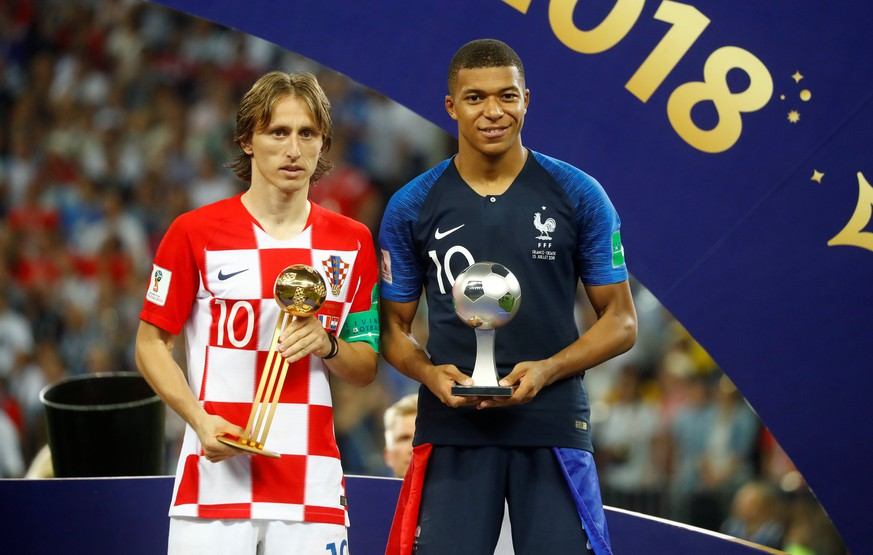 Soccer Football - World Cup - Final - France v Croatia - Luzhniki Stadium, Moscow, Russia - July 15, 2018  Croatia's Luka Modric poses with the FIFA Golden Ball award as France's Kylian Mbappe poses with the FIFA Young Player award  REUTERS/Kai Pfaffenbach