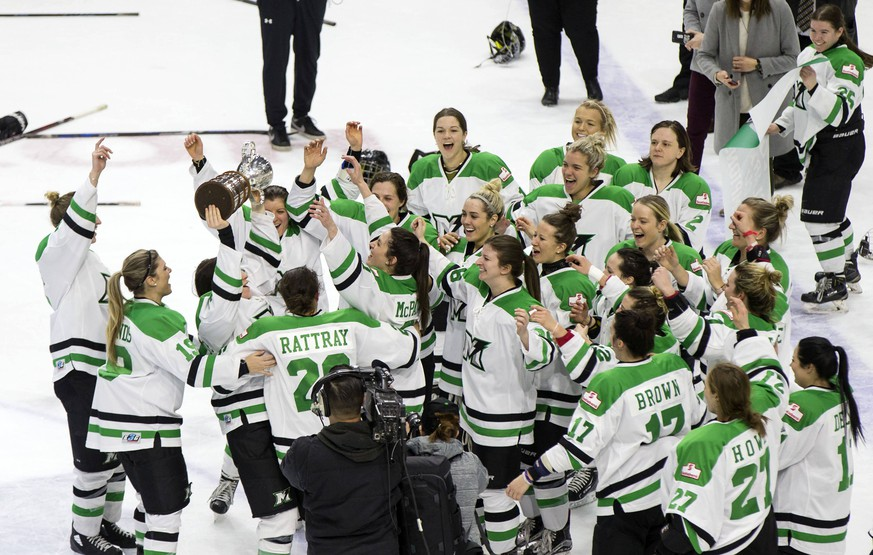 (180326) -- TORONTO, March 26, 2018 -- Players of Markham Thunder celebrate with the Clarkson Cup during the awarding ceremony for the 2017-2018 Canadian Women s Hockey League (CWHL) playoffs Clarkson Cup final at the Ricoh Coliseum in Toronto, Canada, on March 25, 2018. Markham Thunder and claimed the title by defeating Shenzhen Kunlun Red Star with 2-1 in the final. ) (wll) (SP)CANADA-TORONTO Ice hockey Eishockey CWHL-PLAYOFFS-FINAL ZouxZheng PUBLICATIONxNOTxINxCHN