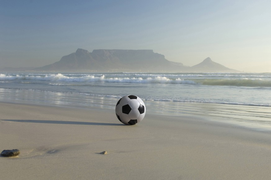 Africa, South Africa, Kapstadt, Soccer ball on beach PUBLICATIONxINxGERxSUIxAUTxHUNxONLY MDF00144
