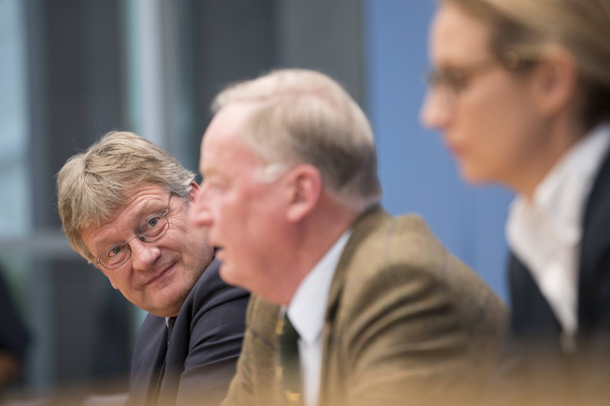 September 25, 2017 - Berlin, Germany - Top candidates of Alternative for Germany AfD, Alternative fuer Deutschland Alexander Gauland C and Alice Weidel R and chaiman Joerg Meuthen L are pictured during a press conference on the day after the elections at the Bundespressekonferenz on September 25, 2017. Berlin Germany PUBLICATIONxINxGERxSUIxAUTxONLY - ZUMAn230 20170925_zaa_n230_230 Copyright: xEmmanuelexContinix