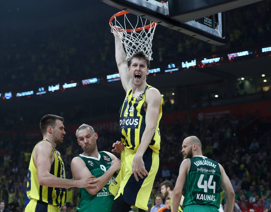 BELGRADE, SERBIA - MAY 18, 2018: Fenerbahce Dogus Istanbul s Marko Guduric (L), Jan Vesely (2nd R) and Zalgiris Kaunas Beno Udrih (2nd L) and Antanas Kavaliauskas (R) in action in their 2017/2018 Euroleague Final Four Semifinal B basketball match at Stark Arena. Stanislav Krasilnikov/TASS PUBLICATIONxINxGERxAUTxONLY TS08013E