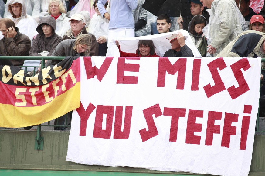 Bildnummer: 04535882  Datum: 06.06.2009  Copyright: imago/Schreyer We miss you Steffi - Tennisfans vermissen am Rande der French Open Tennislegende Steffi Graf (Deutschland); Vdig, quer, Fan, Tennisfan, Tennisfans, Publikum, Plakat, Fanplakat, Fanplakate, Transparent, Schriftzug, Idol French Open 2009, Grand Slam, WTA Tour, Finale Paris Roland Garros Tennis Damen Einzel Gruppenbild optimistisch Randmotiv Personen Objekte  Image number 04535882 date 06 06 2009 Copyright imago Schreyer We Miss You Steffi Tennis fans Do at Edge the French Open Tennis legend Steffi Graf Germany Vdig horizontal supporter Tennisfan Tennis fans crowd Billboard Fanplakat Fanplakate Transparent emblem Idol French Open 2009 Grand Slam WTA Tour Final Paris Roland Garros Tennis women Singles Group photo optimistic Rand motive Human Beings Objects