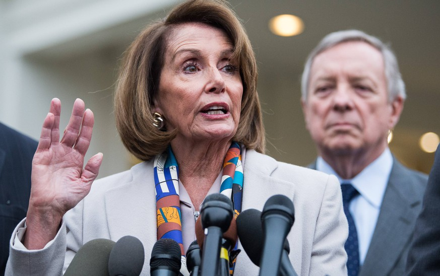 News Bilder des Tages Incoming Speaker of the House Nancy Pelosi, D-CA, (L) talks to members of the media following a meeting between President Donald Trump and Congressional leadership to talk about border security and the border wall, in Washington, D.C. on January 2, 2018. PUBLICATIONxINxGERxSUIxAUTxHUNxONLY WAP20190102357 KEVINDxDIETSCH