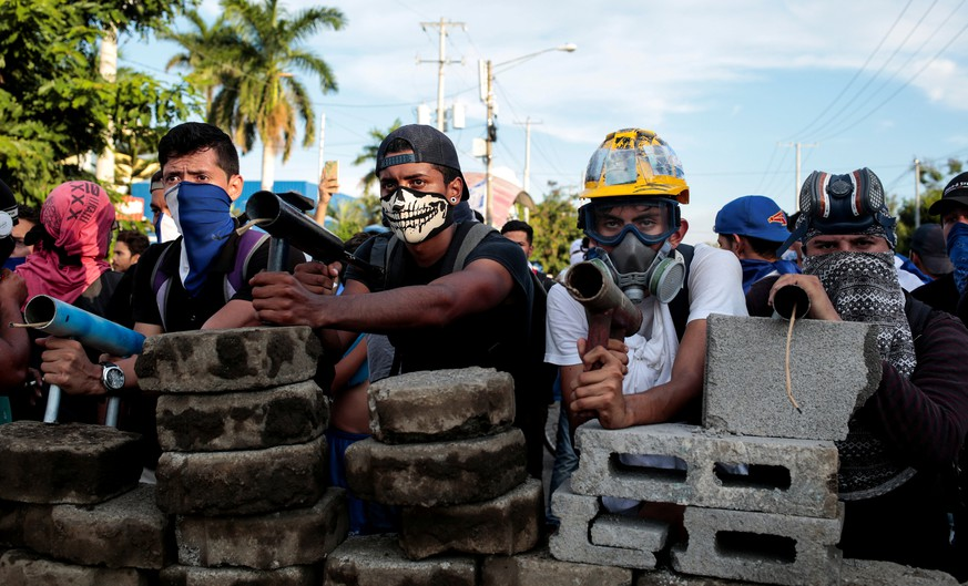 Demonstrators stand behind a barricade during clashes with riot police during a protest against Nicaragua's President Daniel Ortega's government in Managua, Nicaragua May 30, 2018. REUTERS/Oswaldo Rivas     TPX IMAGES OF THE DAY