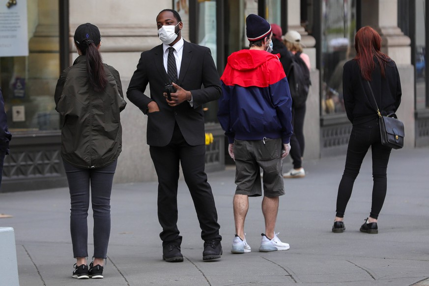 April 25, 2020, New York, New York, United States: People with a protective mask are seen on Fifth Avenue in the Flatiron District in Manhattan in New York City, USA. New York City is the epicenter of the Coronavirus pandemic New York United States - ZUMAv122 20200425zapv122080 Copyright: xWilliamxVolcovx