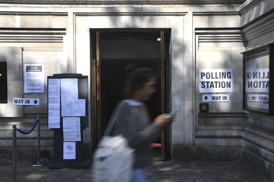 (190523) -- LONDON, May 23, 2019 (Xinhua) -- A woman walks past a polling station in London, Britain, on May 23, 2019. Voters across Britain cast their ballots on Thursday for the European Parliament elections as it is widely forecast that Brexit Party will take a lead. (Xinhua/Alberto Pezzali) BRITAIN-EUROPEAN PARLIAMENT-ELECTION PUBLICATIONxNOTxINxCHN