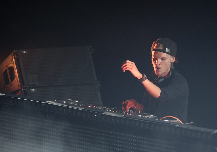 (FILE) epa04288701 Tim Bergling, better known as Swedish progressive house DJ Avicii (R) performs his set during his '#TRUETOUR' at Barclays Center in Brooklyn, New York, USA, 28 June 2014. EPA/JASON SZENES (zu: