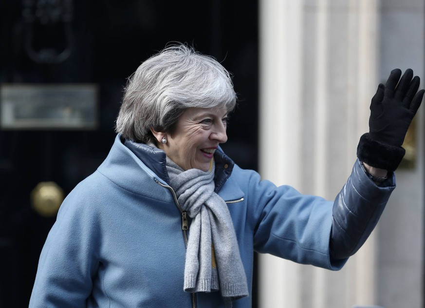 News Bilder des Tages (190314) -- LONDON, March 14, 2019 (Xinhua) -- British Prime Minister Theresa May leaves 10 Downing Street for the House of Commons in London, Britain, on March 14, 2019. British MPs on Thursday voted overwhelmingly to ask the European Union (EU) for an extension to Article 50 in the trouble Brexit process. They voted in the House of Commons by 412 to 202, a majority of 210, to request the EU agreement for delaying the Brexit until June 30. (Xinhua/Han Yan) BRITAIN-LONDON-ARTICLE 50-EXTENSION-VOTE PUBLICATIONxNOTxINxCHN
