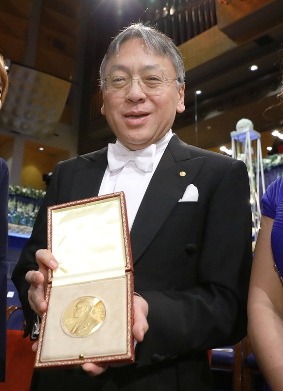 Bilder des Tages British novelist Ishiguro receives Nobel Prize in literature Japan-born British novelist Kazuo Ishiguro holds the 2017 Nobel Prize in literature medal after receiving it from Sweden s King Carl XVI Gustaf at a ceremony in Stockholm on Dec. 10, 2017. PUBLICATIONxINxGERxSUIxAUTxHUNxONLY