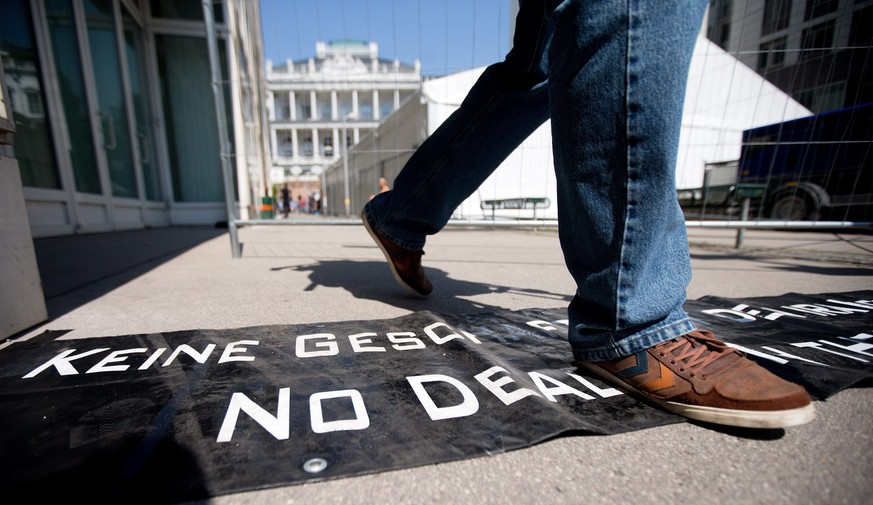 epa04826609 A protest banner lies on the ground in front of the Palais Coburg where talks between the E3+3 (France, Germany, Britain, China, Russia, US) and Iran continue, in Vienna, Austria, 01 July 2015. International Atomic Energy Agency (IAEA) chief Yukiya Amano is set to travel to Tehran on 02 July 2015 to discuss the implementation of a nuclear deal that Iran and six powers are seeking to conclude by next week, diplomatic sources said. EPA/GEORG HOCHMUTH no restriction apply +++(c) dpa - Bildfunk+++ |
