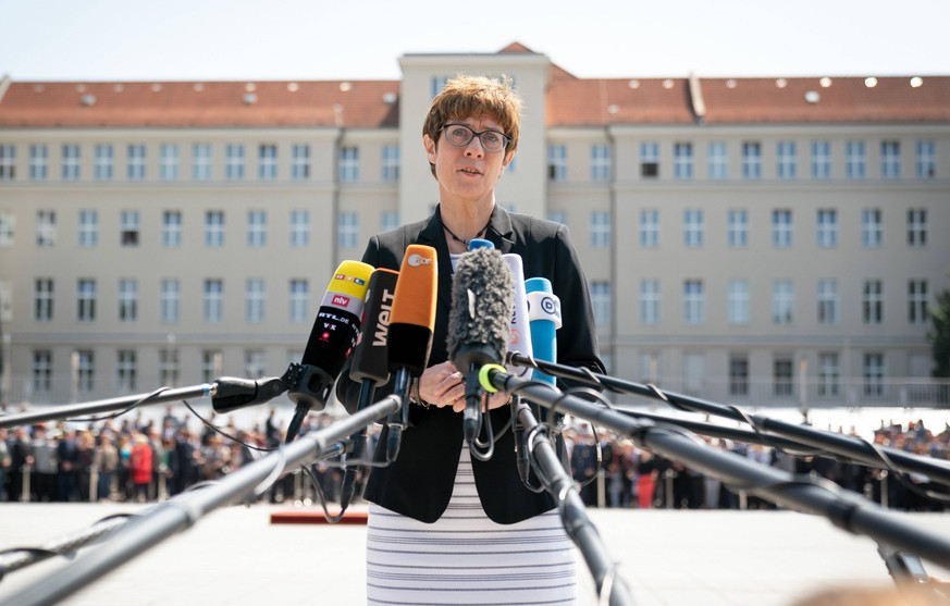 Pressestatement nach der Amtsuebergabe im Bundesverteidigungsministerium an Annegret Kramp-Karrenbauer. Berlin, 17.07.2019 Berlin Deutschland *** Press statement after the handover of office in the Federal Ministry of Defense to Annegret Kramp Karrenbauer Berlin, 17 07 2019 Berlin Germany PUBLICATIONxINxGERxSUIxAUTxONLY Copyright: xThomasxKoehler/photothek.netx