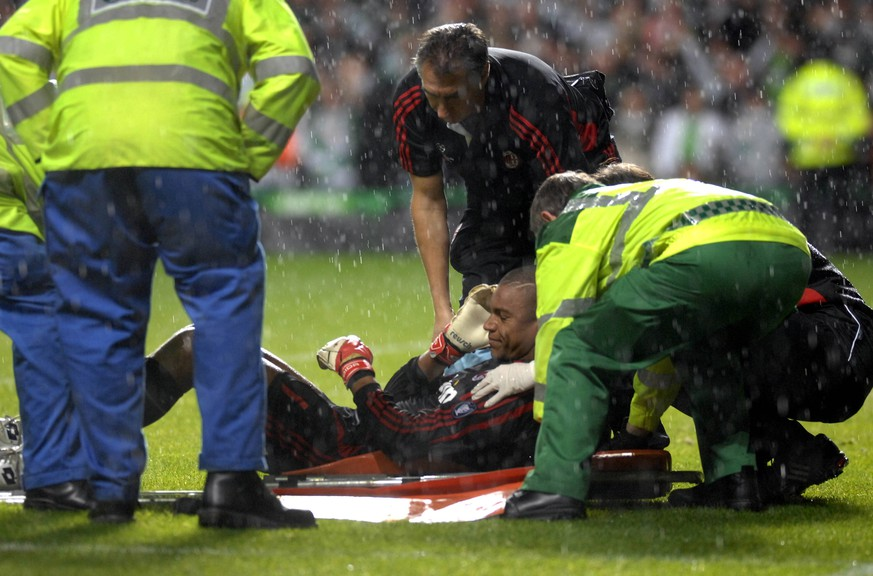 Celtic v AC Milan at Celtic Park in the Champions League. Milan goalkeeper Dida gets attention after an incident with a fan. The match ended Celtic 2-1 AC Milan. Taken 3rd Oct 2007 by . UK News - October 04, 2007 PUBLICATIONxINxGERxSUIxAUTxONLY - ZUMAts3_ 76080613st